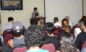 Profesora de arte Donita Ellison presentando una charla en la Universided del Sagrado Corazón en Puerto Rico